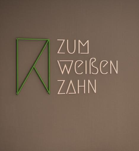 Wandlogo der Zahnarztpraxis Zum weißen Zahn in Nürnberg